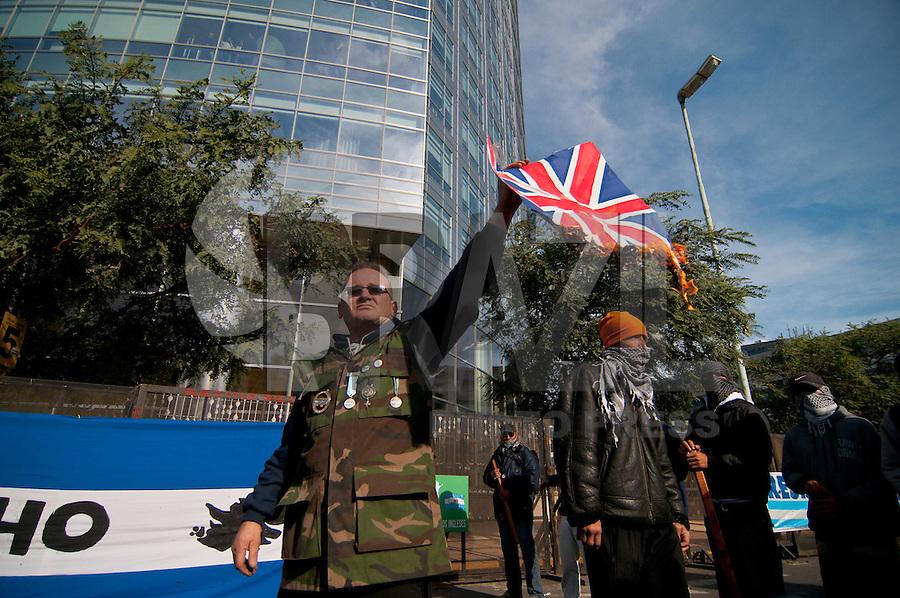 BUENOS AIRES, ARGENTINA, 11 JUNHO 2012 - QUEBRACHO - O Movimento Patriótico Revolucionário Quebracho e outros grupos radicais protestaram em frente ao Edifício YPF em Buenos Aires, condenando a presença no porto de Ushuaia dos petroleiros britânicos que trabalham sob contrato para a empresa, que foi nacionalizado recentemente. (FOTO: PATRICIO MURPHY / BRAZIL PHOTO PRESS).