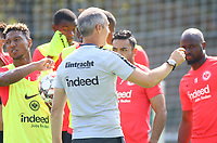 Trainer Adi Hütter (Eintracht Frankfurt) mit Marco Fabian (Eintracht Frankfurt) - 05.09.2018: Eintracht Frankfurt Training, Commerzbank Arena, DISCLAIMER: DFL regulations prohibit any use of photographs as image sequences and/or quasi-video.