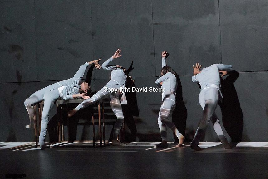 Quer&eacute;taro, Qro. 17 Abril 2015.- &quot;Ciudad Interior&quot; ,compa&ntilde;&iacute;a queretana de danza contempor&aacute;nea de trayectoria internacional, present&oacute; su reciente producci&oacute;n, &quot;Fragmentos de la obra Kin&eacute;tica&quot; en el marco del Encuentro de Internacional de Core&oacute;grafos 2015, M&eacute;xico-Seattle que se celebra en el Museo de la Ciudad.<br /> <br /> Acompa&ntilde;ada por efectos espectaculares de mapeo digital y m&uacute;sica electr&oacute;nica, seis bailarines dirigidos por el core&oacute;grafo Alejandro Ch&aacute;vez, fusionan danza contempor&aacute;nea con el mundo virtual.<br /> <br /> Los dise&ntilde;os de iluminaci&oacute;n est&aacute;n a cargo de Fernando Flores.<br /> <br /> <br /> Foto: David Steck / Obture