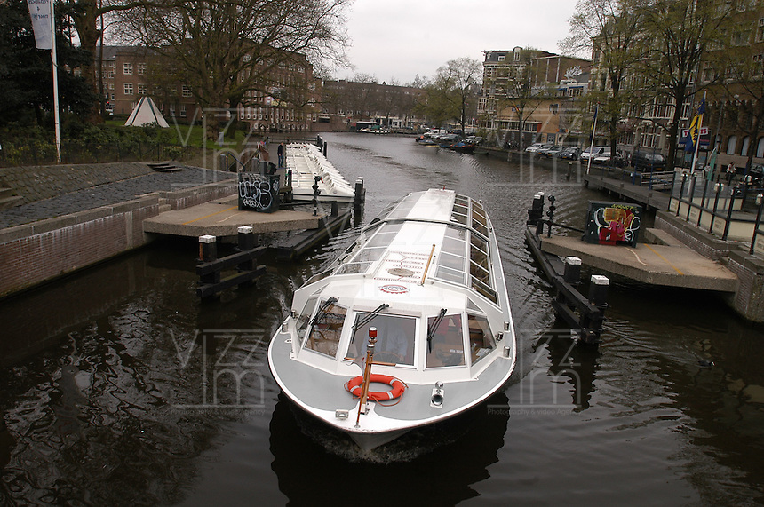 AMSTERDAM-HOLANDA. Bote en uno de los canales que recorren el centro de la ciudad. Boat in one of the water canals in the city. Photo: VizzorImage/STR