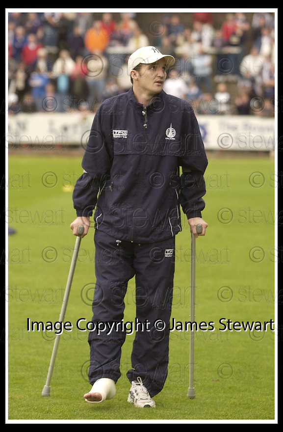 28/9/02       Copyright Pic : James Stewart                     .File Name : stewart-falkirk v st j'stone 01.FALKIRK'S ANDY LAWRIE IS GREETED BY THE FANS AT THE START OF THE GAME.....James Stewart Photo Agency, 19 Carronlea Drive, Falkirk. FK2 8DN      Vat Reg No. 607 6932 25.Office : +44 (0)1324 570906     .Mobile : + 44 (0)7721 416997.Fax     :  +44 (0)1324 570906.E-mail : jim@jspa.co.uk.If you require further information then contact Jim Stewart on any of the numbers above.........