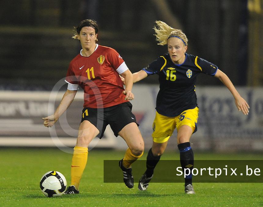 Belgium - Sweden : Aline Zeler aan de bal voor Petra Larsson.foto DAVID CATRY / Vrouwenteam.be