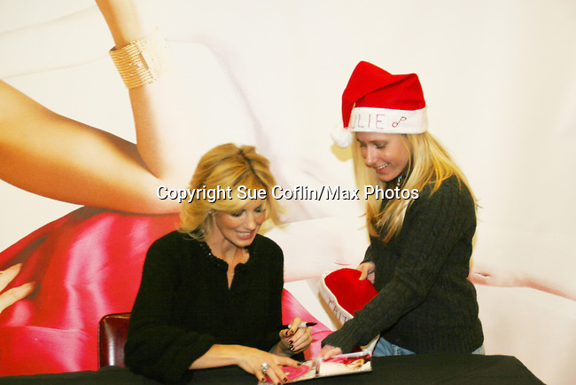 """Country Singer Faith Hill promotes her Christmas cd """"Joy To The World"""" on November 24, 2008 at Virgin Magastore in Times Square, NYC, NY. Fan gives Faith a Santa Hat. (Photo by Sue Coflin/Max Photos)"""