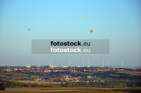 Blick vom Wißberg über Sulzheim nach Wörrstadt mit Windrädern und Heißluftballons
