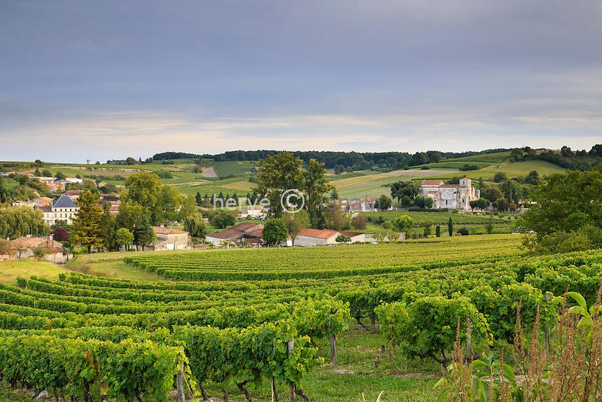 France, Charente (16), Bouteville, vignoble de Cognac, maisons du village et église Saint-Paul // France, Charente, Bouteville, Cognac vineyard and the village with Saint Paul church