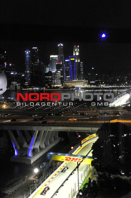 19.-22.09.2013, Marina-Bay-Street-Circuit, Singapur, SIN, F1, Grosser Preis von Singapur, Singapur, DHL Branding - Mark Webber (AUS), Red Bull Racing - Lewis Hamilton (GBR), Mercedes GP <br />  Foto &copy; nph / Mathis