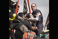 BAS13. BUENOS AIRES (ARGENTINA), 22/02/2012.- Una persona es rescatada hoy, miércoles 22 de febrero de 2012, tras el accidente de un tren en Buenos Aires (Argentina). Varias personas han muerto y más de 550 resultaron heridas en el choque y posterior descarrilamiento de un tren en una de las estaciones ferroviarias más concurridas de la ciudad. EFE/Damian Dopacio