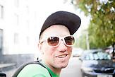 Dzianis Zhurauliou lebt f&uuml;r und auch von der Musik. Er f&auml;hrt jeden Tag ins Zentrum von Minsk um dort in Unterf&uuml;hrungen Blockfl&ouml;te zu spielen. Seit der Geburt seiner Tochter vor eineinhalb Jahren sucht er auch vergebens einen regul&auml;ren Job. Darum z&auml;hlt auch er zu den Arbeitslosen, die demn&auml;chst zu Arbeiten gezwungen werden k&ouml;nnen oder eine Strafsteuerzahlen m&uuml;ssen.//<br />Dzianis Zhurauliou, musician, performs at the underground to earn money.