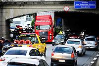 SAO PAULO, SP, 07.01.2014. Um caminhão carregando um container ficou entalado na Av Pacaembu sentido centro no Viaduto Gen. Olimpio da Silveira, interditando as duas faixas da via.(Foto: Adriano Lima / Brazil Photo Press).