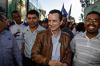 SAO PAULO, SP, 18 AGOSTO 2012 - ELEICOES SP - CELSO RUSSOMANNO - O candidato a prefeitura de Sao Paulo pelo PRB Celso Russomanno  durante caminhada na Comunidade do Heliopolis na regiao sul da capital paulista, neste sabado, 18. (FOTO: WILLIAM VOLCOV / BRAZIL PHOTO PRESS).