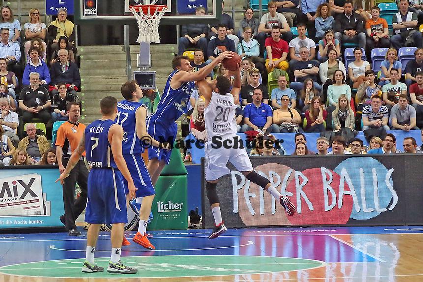 Johannes Voigtmann (Skyliners) gegen Elias Harris (Bamberg) - Fraport Skyliners vs. Brose Baskets Bamberg, Fraport Arena Frankfurt
