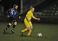 Club Brugge Dames - WB Sinaai Girls : Wiene Van Guyse aan de bal voor Angelique De Wulf.foto DAVID CATRY / Vrouwenteam.be