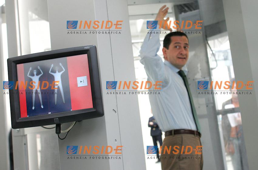 .Roma 04/03/2010 Installazione del Body Scanner all'aeroporto di Fiumicino..Installation of the body scanner at Roma Fiumicino airport..Photo Samantha Zucchi Insidefoto