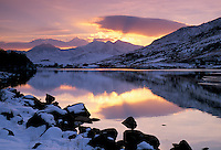 United Kingdom, Wales, near Capel Curig: View to Mount Snowdon in winter snow at sunset | Grossbritannien, Wales, bei Capel Curig: Mount Snowdon im Snowdonia-Nationalpark bei Sonnenuntergang im Winter
