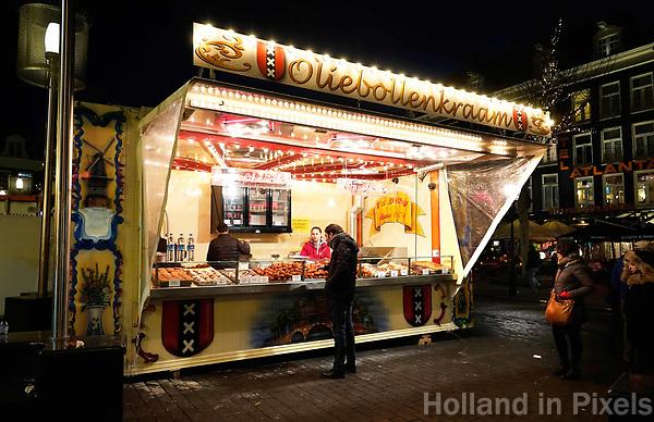 Nederland - Amsterdam - Januari 2019. Kerstmarkt Rembrandtplein. Oliebollenkraam Stuy.   Foto Berlinda van Dam / Hollandse Hoogte.