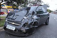 FOTO EMBARGADA PARA VEICULOS INTERNACIONAIS. SAO PAULO, SP, 31-12-2012, ACIDENTE AV IMPERADOR. Dois veiculos colidiram na Av. do Imperador com a Av. Principe do Grao Para zona Leste de Sao Paulo, com o impacto um dos veiculos desgovernado, atravessou o canteiro central, so parando do outro lado da rua e quase atingindo um ponto de onibus. O acidente aconteceu na manha dessa Segunda-feira (31), tres pessoas ficaram feirdas, uma em estado grave e foram encaminhadas a hospitais da regiao. Luiz Guarnieri/ Brazil Photo Press.