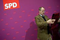 Berlin, Peer Steinbr&uuml;ck (SPD) steht am Sonntag (15.12.13) im Willy-Brandt-Haus vor der Sitzung des SPD-Parteivorstands.<br /> Foto: Steffi Loos/CommonLens