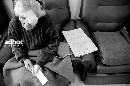 ©Javier Calvelo/ URUGUAY/ MONTEVIDEO/ Hospital de Ojos Saint Bois/ Fotorreportaje. El Hospital de Ojos Saint Bois realizo ya 1130 operaciones a uruguayos y hoy alcanzo la cifra de 35 operaciones diarias en un promedio de 3horas por cada paciente dentro del hospital y un promedio de edad de 71 años. .El Director del Hospital de Ojos, Dr. Yamandú Bermúdez, me permitio hacer un seguimiento de los pacientes en las diferentes etapas dentro del hospital.. Salud Pública tiene pesquisados 3258 pacientes de Salud Pública con indicación quirúrgica, de esa cifra, unos 2712 son cataratas. El objetivo en lo inmediato es solucionar los casos de ceguera reversible como es el caso de las cataratas..Para la atención en hospital, se debe solicitar hora por el 0800 4444 y el paciente será derivado a la policlínica. Pero también está previsto, para con los hospitales del interior, colaborar en la captación de esos pacientes del interior profundo que muchas veces tienen dificultades para el acceso a la consulta..El Hospital de Ojos integra el Plan de Salud Ocular por lo que resuelve toda la demanda asistencial, pero también cuenta con un Departamento de Prevención que se ocupa de captar patologías de detección precoz como la ambliopía ó pérdida funcional de la vista que al día de hoy sería la segunda causa de ceguera en Uruguay..2008-05-15 dia .foto: Javier Calvelo.