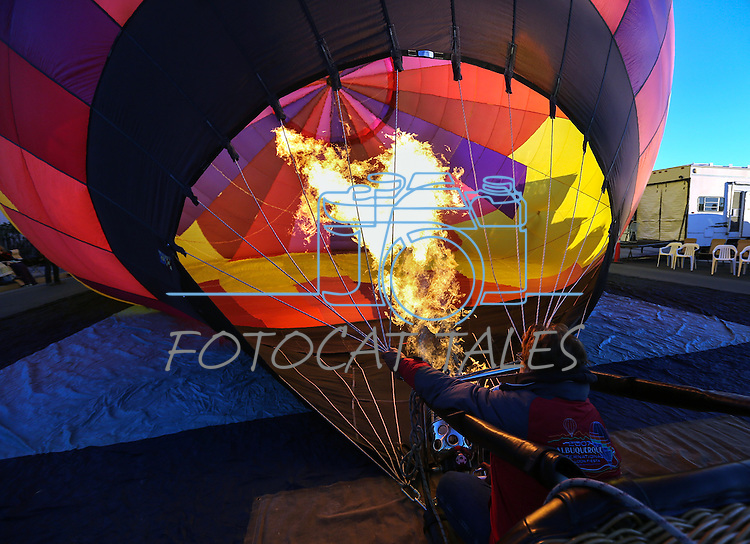 Balloon pilot Brenda Hungerford prepares for launch over downtown Carson City, Nev., on Saturday, Oct. 31, 2015. <br /> Photo by Cathleen Allison