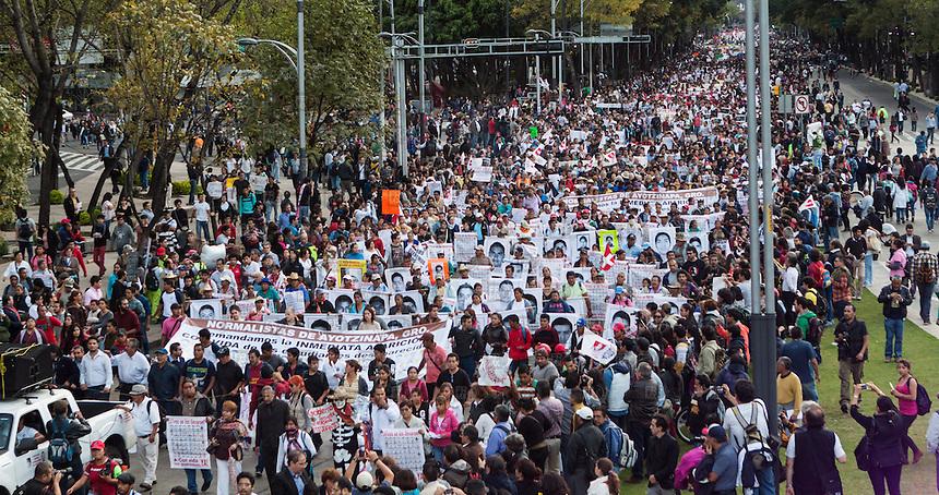CIUDAD DE MEXICO, D.F. 22 de octubre.- Marcha en solidaridad por los 43 normalistas desaparecidos de Ayotzinapa, Guerrero del Ángel al Zócalo en la Ciudad de México, el 22 de octubre de 2014.  FOTO: ALEJANDRO MELÉNDEZ
