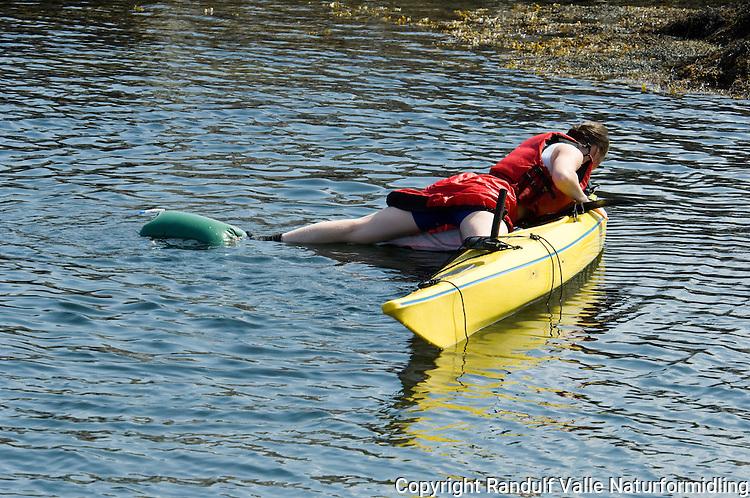 Dame bruker årepose til å komme ombord i kantret kajakk ---- Woman using paddle float to re enter a capsized kayak