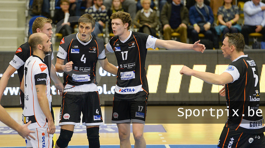 20161228 - ROESELARE ,  BELGIUM : Aalst's Michael Parkinson (17) pictured celebrating with teammates Tijmen Laane (4) during the second semi final in the Belgian Volley Cup between Knack Volley Roeselare and Lindemans Aalst in Roeselare , Belgium , Wednesday 28 th December 2016 . PHOTO SPORTPIX.BE | DAVID CATRY