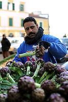 Discount di frutta e verdura gestito da immigrati egiziani. Discount of fruit and vegetables maintained by Egyptian immigrants.Abd...