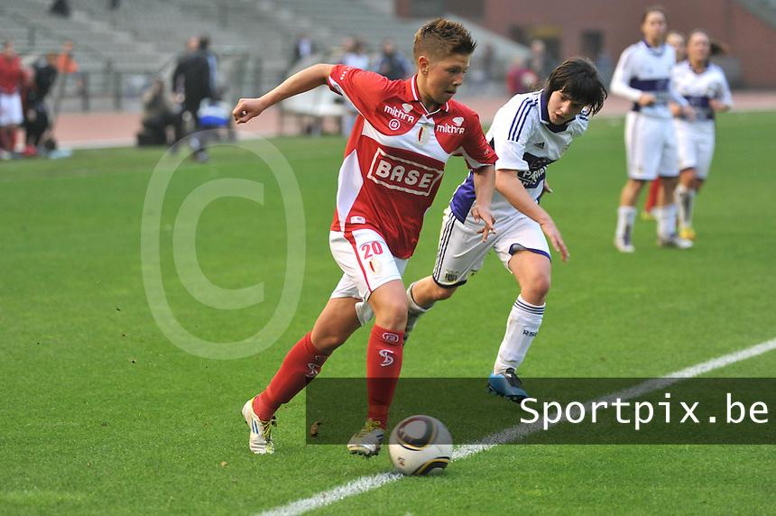 RSC Anderlecht Dames - Standard Femina de Liege : Celine Verdonck aan de bal voor Annelies Van Loock.foto JOKE VUYLSTEKE / Vrouwenteam.be