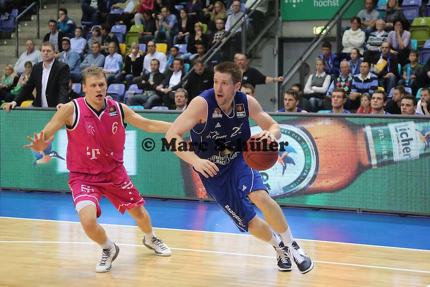 Jacob Burtschi (Skyliners) gegen Benas Veikalas (Bonn) - Fraport Skyliners vs. Telekom Baskets Bonn, Fraport Arena Frankfurt