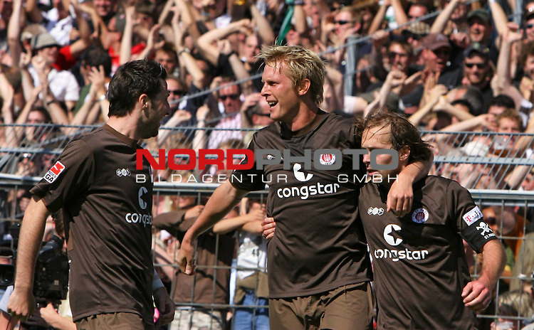 2.Liga FBL 2008/2009  3. Spieltag Hinrunde<br /> FC St.Pauli &ndash; vs. Rot-Weiss Oberhausen<br /> <br /> Marius Ebbers (Nr.16) in den Armen von Rene Schnitzler (Nr.9) links und Filip Trojan (Nr.6) rechts. Die drei waren die M&auml;nner des Tages.<br /> <br /> <br /> <br /> Foto &copy; nph (nordphoto)<br /> <br /> *** Local Caption ***