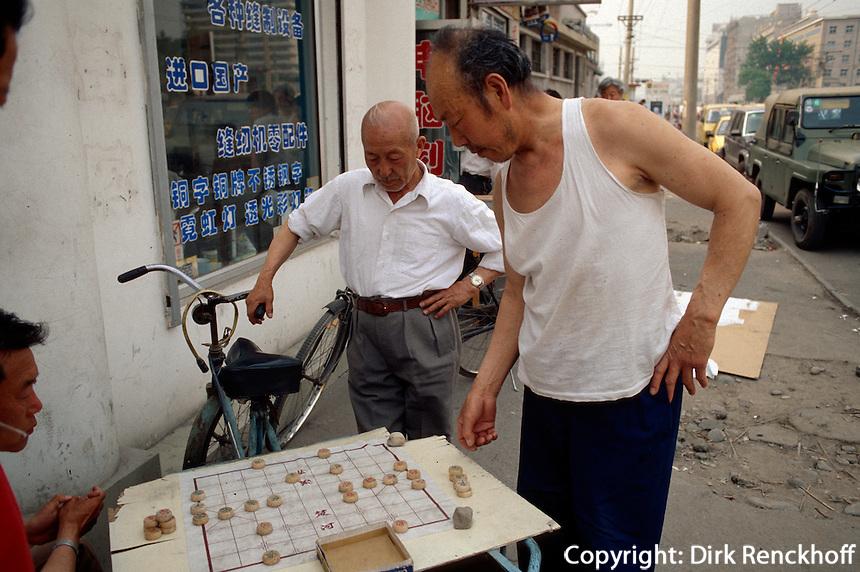 China, Peking, beim Himmelstempel. Schachspieler