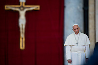 Papa Francesco arriva in Piazza San Pietro per la preghiera della Messa Mariana. Pope Francis arrives in St. Peter's square to attend a prayer as part of a Marian Day event at the Vatican.