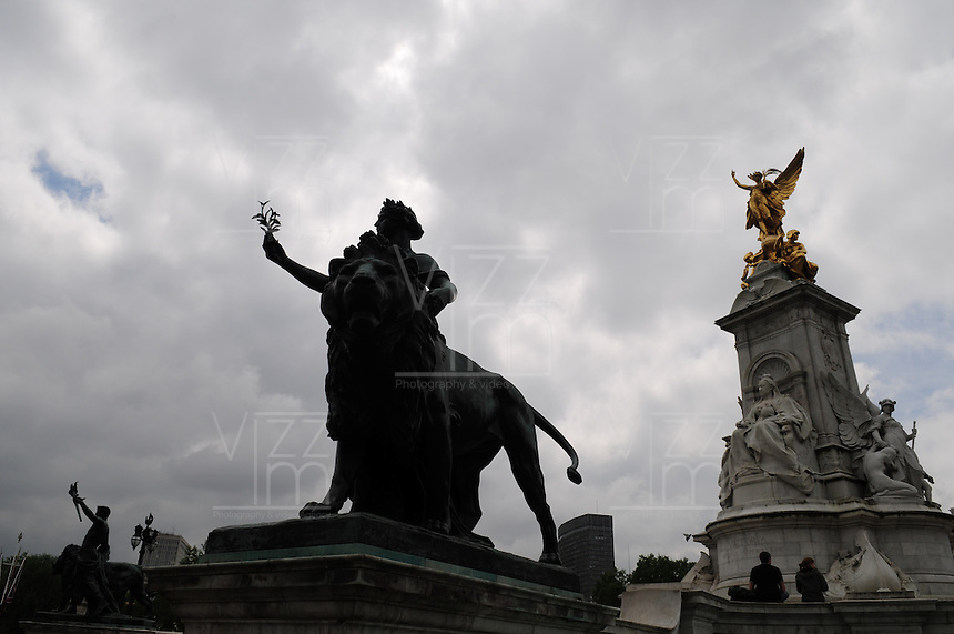 LONDRES-UK-25-05-2013. Vista  del The Queen Victoria Memorial Statue en frente del Palacio de  Buckingham, Londes. View of The Queen Victoria Memorial Statue in front of Buckingham Palace, London. Photo: VizzorImage