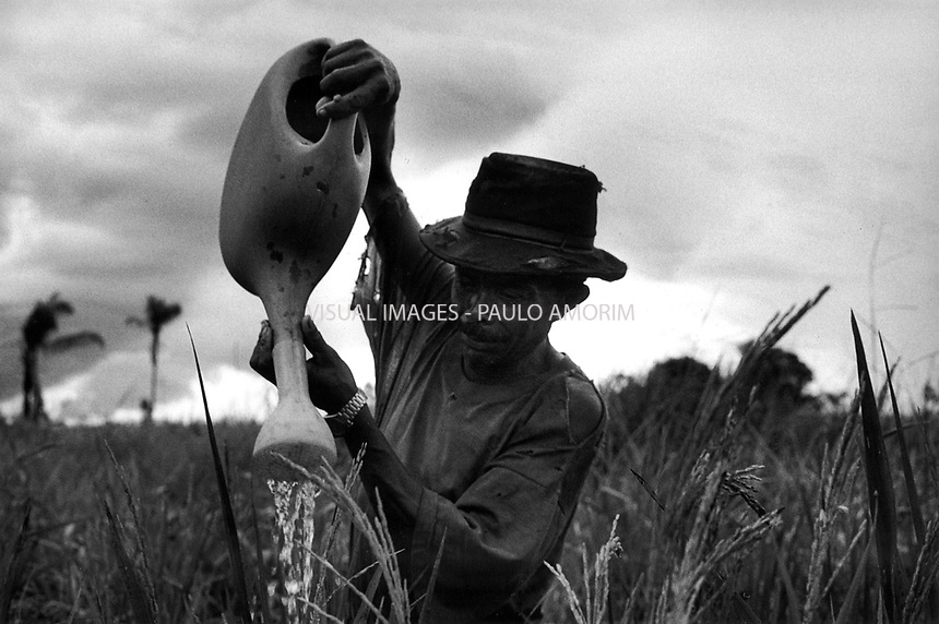 BRAZIL,PARAUAPEBAS : Component of the Landless workers movement on 17 April, 1998 working at ranch in transamazonica in Parauapebas south of Pará, northern Brazil. - Photo by Paulo Amorim