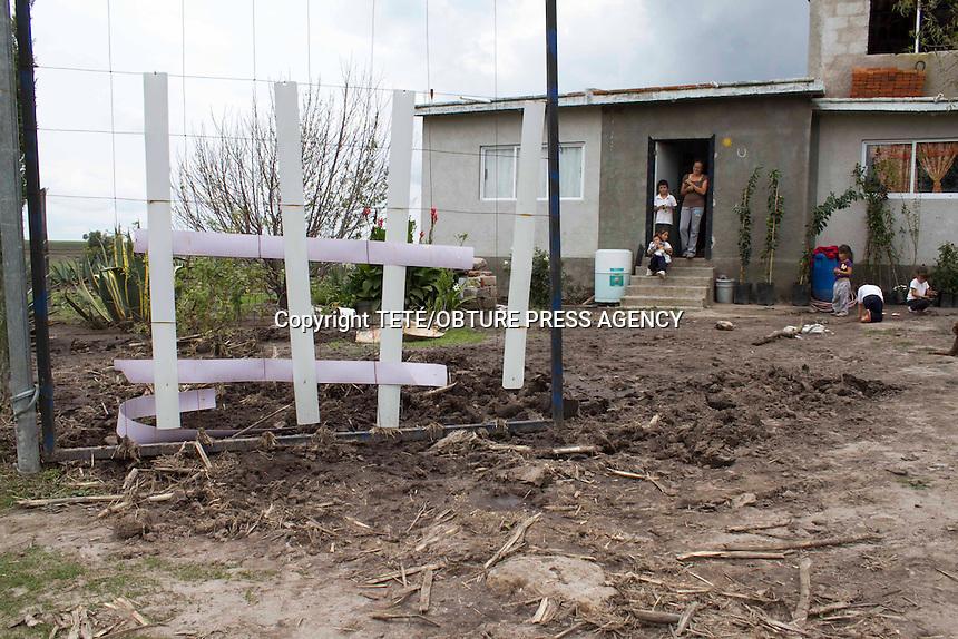 San Juan del R&iacute;o, Qro. 3 julio 2014.- Fuertes da&ntilde;os han sido provocados en la colonia Loma Linda de la comunidad de San Sebastian de las Barrancas Sur tras las intensas lluvias de los d&iacute;as pasados.<br /> Caminos con derrumbes, rocas desprendidas, caminos afectados y da&ntilde;os en las parcelas familiares han sido reportados por las autoridades comunales. Foto TET&Eacute;/OBTURE PRESS AGENCY;