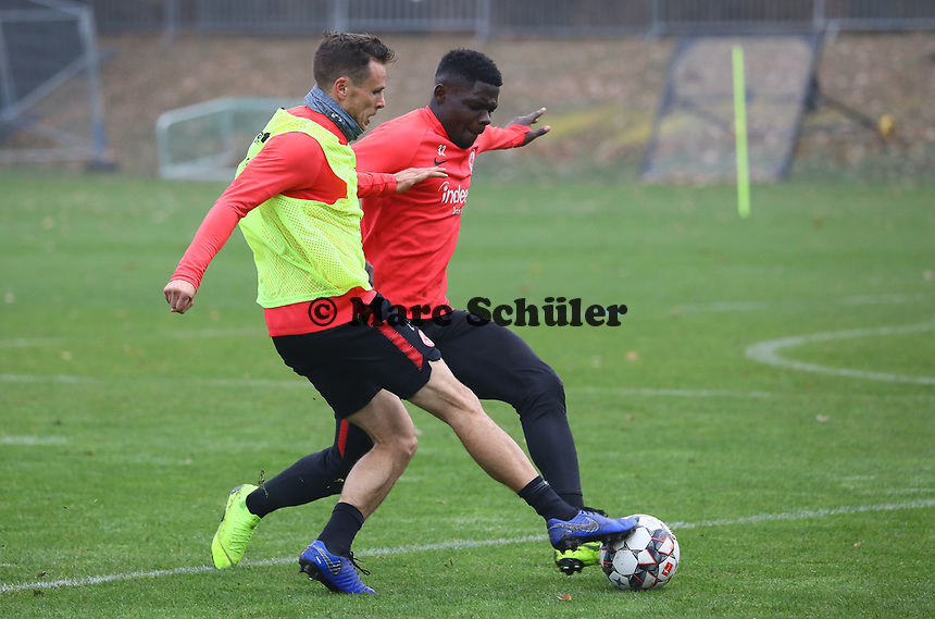 Nikolai Müller (Eintracht Frankfurt) gegen U19 Talent Umar Saho Sarho - 14.11.2018: Eintracht Frankfurt Training, Commerzbank Arena, DISCLAIMER: DFL regulations prohibit any use of photographs as image sequences and/or quasi-video.