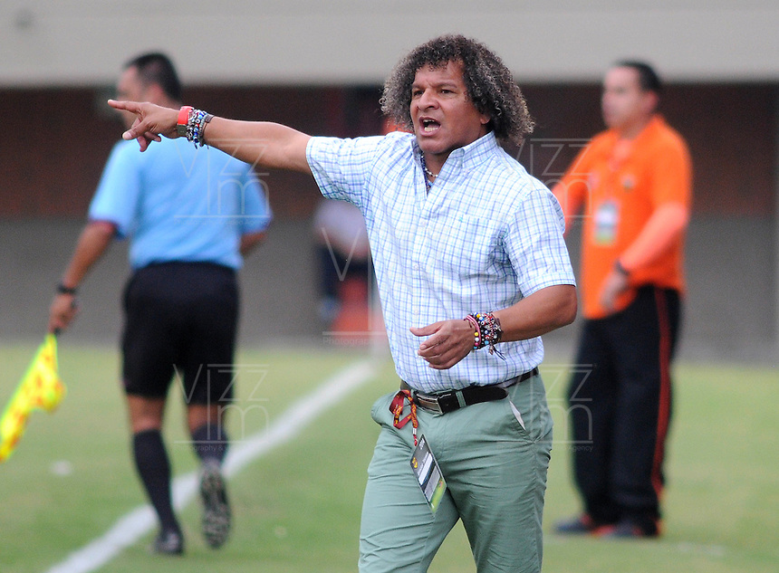 ENVIGADO- COLOMBIA -30-03-2014: Alberto Gamero, tecnico de Itagüi da instrucciones a los jugadores durante  partido Envigado FC y Itagüi por la fecha 13 de la Liga Postobon I 2014 en el estadio Polideportivo Sur de la ciudad de Envigado. /  Alberto Gamero, coach of Itagüi gives instructions to the players during a match Envigado FC and Itagüi for the date 13 th of the Liga Postobon I 2014 at the Polideportivo Sur stadium in Envigado city. Photo: VizzorImage / Luis Rios / Str.
