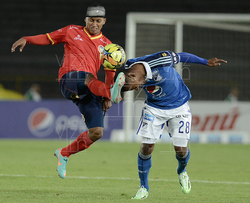 BOGOTÁ -COLOMBIA, 02-11-2014. Alex Diaz (Der) jugador de Millonarios disputa el balón con Michael David Barrios (Izq) jugador de Uniautónoma durante partido por la fecha 17 de la Liga Postobón II 2014 jugado en el estadio Nemesio Camacho el Campín de la ciudad de Bogotá./ Alex Diaz (R) player of Millonarios fights for the ball with Michael David Barrios (L) player of Uniautonoma during the match for the 17th date of the Postobon League II 2014 played at Nemesio Camacho El Campin stadium in Bogotá city. Photo: VizzorImage/ Gabriel Aponte / Staff