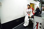 Stockholm 2014-01-08 Ishockey SHL AIK - Lule&aring; HF :  <br />  Lule&aring;s m&aring;lvakt Mark Owuya p&aring; v&auml;g in till omkl&auml;dningsrummet efter matchen och intervjuer med journalister<br /> (Foto: Kenta J&ouml;nsson) Nyckelord:  portr&auml;tt portrait