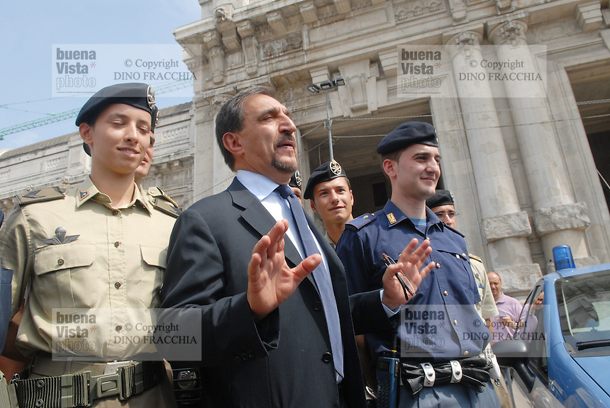 - soldiers and police in security service near Milan Central Station; Minister of Defence Ignazio La Russa visiting....- militari e polizia  in servizio di sicurezza nei pressi della Stazione Centrale di Milano; il ministro della Difesa Ignazio La Russa in visita
