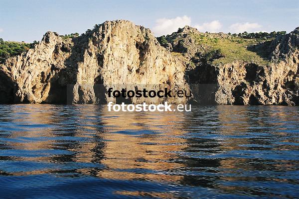 steep coast near Soller<br /> <br /> acantilado cerca de Soller<br /> <br /> Steilk&uuml;ste in der N&auml;he von Soller<br /> <br /> 1840 x 1232 px<br /> 150 dpi: 31,16 x 20,86 cm<br /> 300 dpi: 15,58 x 10,43 cm<br /> Oroginal: 35 mm