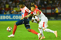 BARRANQUIILLA - COLOMBIA, 29-11-2018:Yoni Gonzalez  (Izq.) de Junior disputa el balón conYeison Gordillo (Der.) del Santa Fe durante el encuentro entre Atlético Junior de Colombia e Independiente Santa Fe de Colombia por la semifinal, vuelta, de la Copa CONMEBOL Sudamericana 2018 jugado en el estadio Roberto Meléndez de la ciudad de Barranquilla. /Yoni Gonzalez (L) of Junior struggles for the ball with Yeiso Gordillo (R) of Santa Fe during a semifinal second leg match between Atletico Junior of Colombia and Independiente Santa Fe of Colombia as a part of Copa CONMEBOL Sudamericana 2018 played at Roberto Melendez stadium in Barranquilla city Atletico Junior de Colombia e Independiente Santa Fe de Colombia en partido por la semifinal, vuelta, de la Copa CONMEBOL Sudamericana 2018 jugado en el estadio Roberto Meléndez de la ciudad de Barranquilla. / Atletico Junior of Colombia and Independiente Santa Fe of Colombia in Semifinal second leg match as a part of Copa CONMEBOL Sudamericana 2018 played at Roberto Melendez stadium in Barranquilla city.  Photo: VizzorImage/ Alfonso Cervantes / Cont