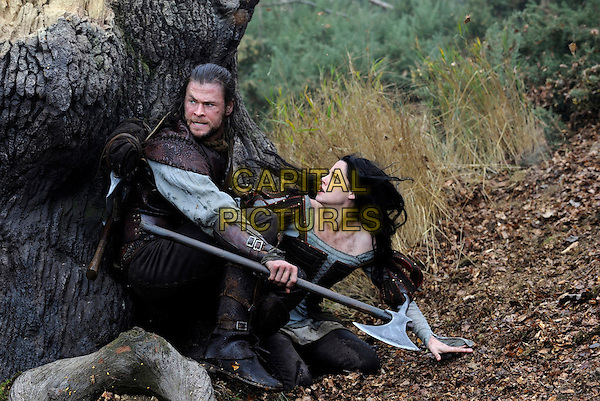 CHRIS HEMSWORTH. KRISTEN STEWART.in Snow White and the Huntsman.*Filmstill - Editorial Use Only*.CAP/FB.Supplied by Capital Pictures.