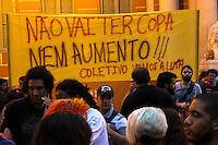 Iniciou na noite desta quinta-feira, nas imediações da prefeitura de Porto Alegre, no centro da Capital, o protesto do Bloco de Luta do Transporte Público e do coletivo Vamos à Luta. Os manifestantes protestam contra o aumento da passagem e a realização da Copa do Mundo em Porto Alegre. Cerca de 250 pessoas marcham em direção à Avenida Borges de Medeiros. Presente no local, a Brigada Militar bloqueou a Avenida 7 de Setembro e a Uruguai. Até o momento, a movimentação está pacífica, com algumas bandeiras do partido PSTU. (Foto: Rhian Dantas / Brazil Photo Press).