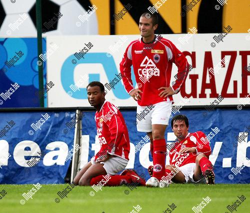2008-08-17 / Voetbal / R. Antwerp FC - KSK Ronse / Enkele Antwerp spelers kijken verslagen toe hoe Ronse de 1-2 viert..Foto: Maarten Straetemans (SMB)