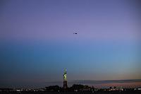 JERSEY CITY, NJ, ESTADOS UNIDOS, 11.11.2016 - TURISMO-EUA - Vista da Estatua da Liberdade a partir de Jersey CIty nesta sexta-feira, 11.(Foto: William Volcov/Brazil Photo Press)
