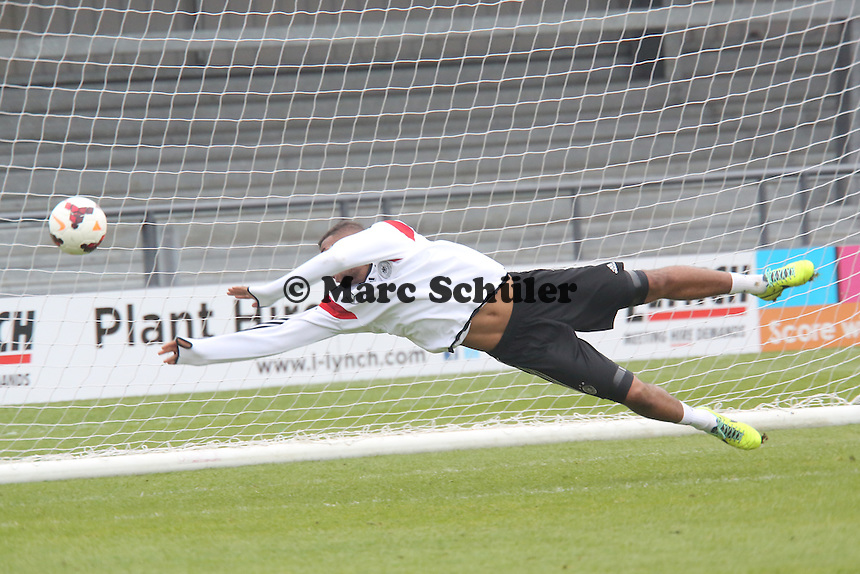"Jerome Boateng (D) trainiert am Ende des Trainings als Not-Torwart - Training der Nationalmannschaft in ""The Hive"" vom Barnet FC"