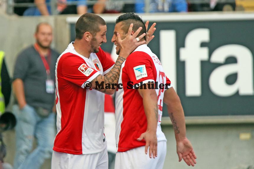 Raul Bobadilla (Augsburg) und Sascha Mölders jubeln über das 0:1 - Eintracht Frankfurt vs. FC Augsburg, Commerzbank Arena