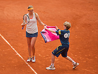 01-06-13, Tennis, France, Paris, Roland Garros, Victoria Azarenka receives a towel from a ballboy.