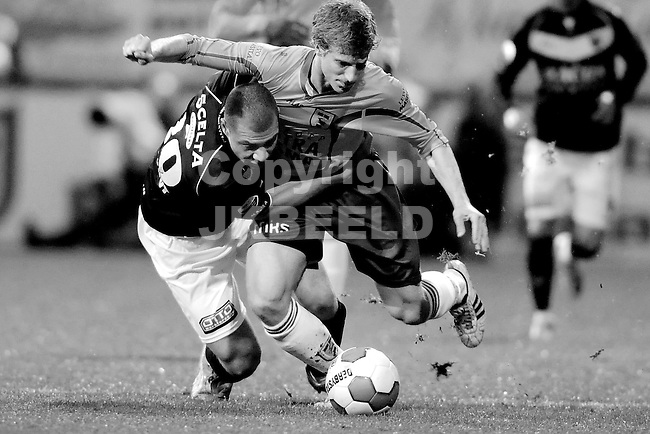 LEEUWARDEN - Voetbal, SC Cambuur - VVV, Cambuur stadion, halve finale  playoff, seizoen 2011-2012, 10-05-2012  VVV Venlo  speler  Yanic Wildschut (l) met SC Cambuur speler Wout Droste.